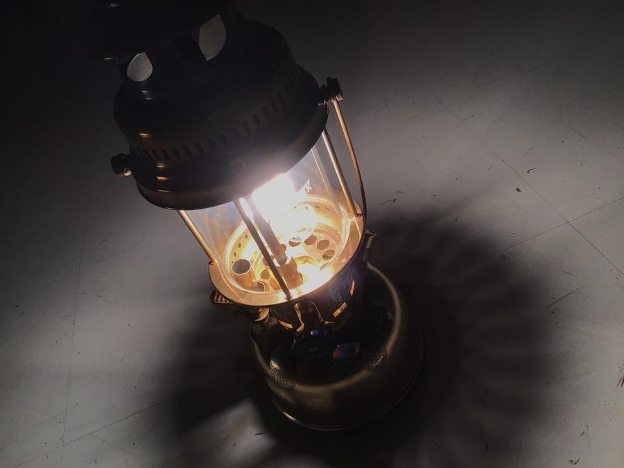 圧倒的な明るさをキャンプのお供に。PetromaxのHK500 ブラスカラー