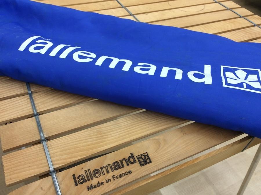 ラレマンドのビンテージウッドロールテーブルが久々の入荷です。