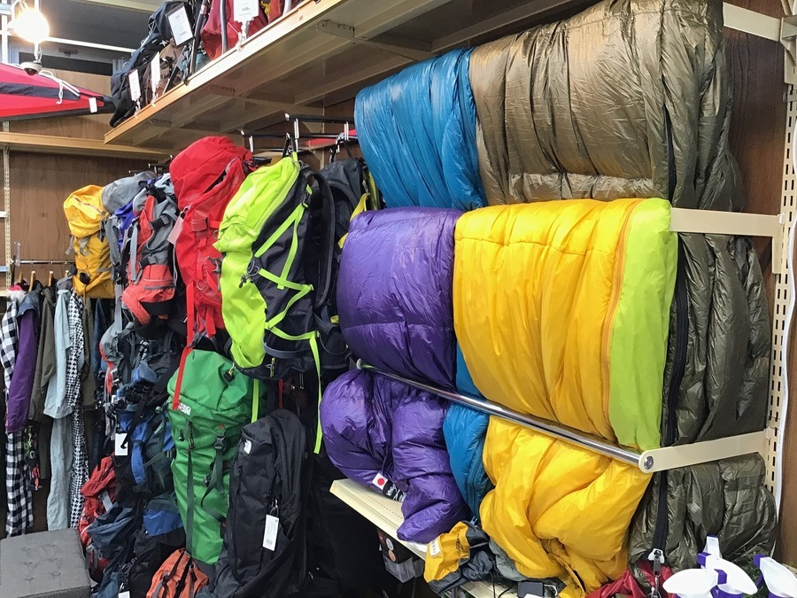 キャンプ用品のバックパック