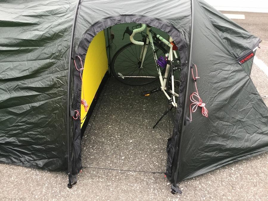 キャンプ用品のテント