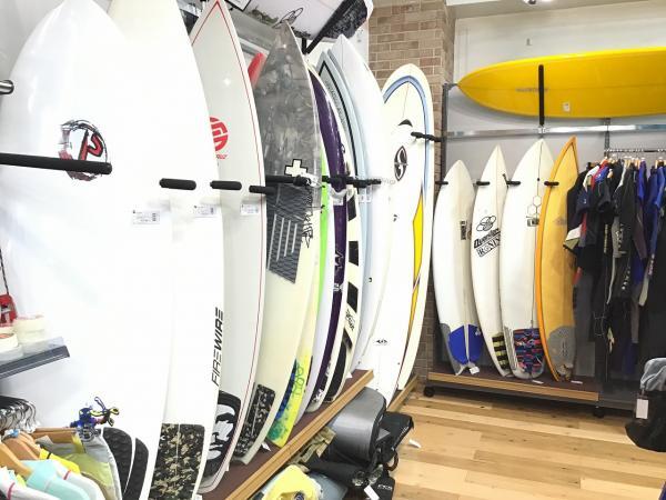 サーフボードやウェットスーツなどのマリンスポーツ用品も取り扱っています!