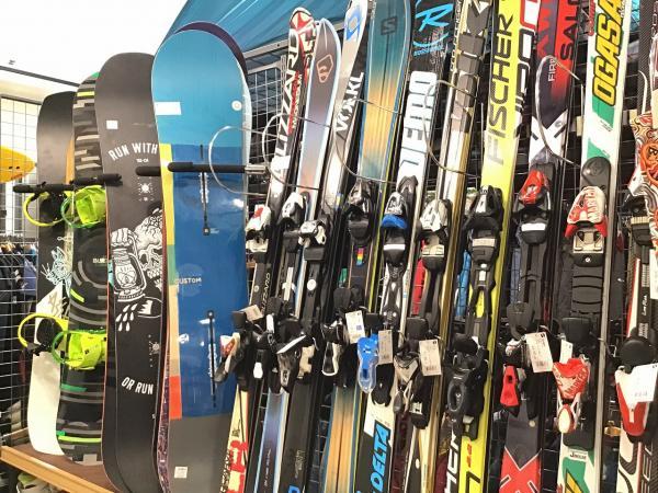 スキー・スノーボード用品は一年中!販売・買取を行っています!