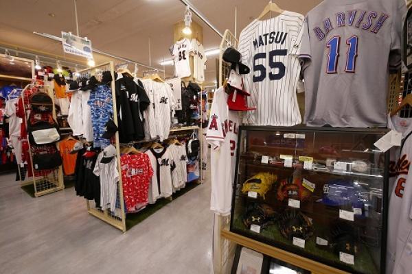 プロ野球ファンにはたまらない!地域No.1のプロ野球グッズの品揃え!千葉ロッテコーナーは必見!